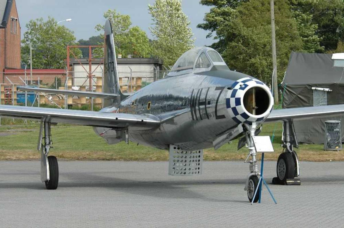 Lufthavn, (flyplass. Ett fly på bakken. Republic F-84G Thunderjet. MU-Z fra 338 Skvadronen