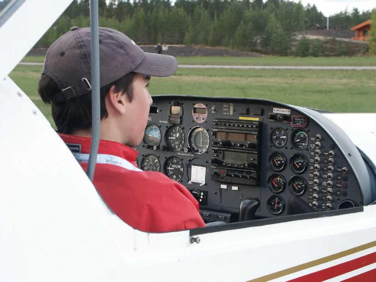 Detaljfoto av flyger inne i cockpiten