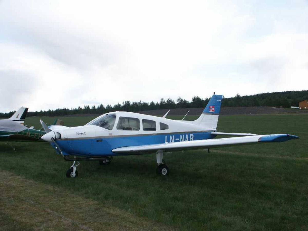 Fly på bakken. I forgrunnen Piper Warrior II LN-NAB