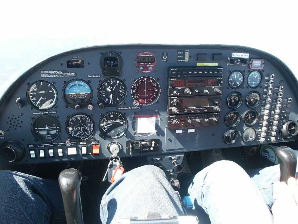 Flycockpit med instrumentene.