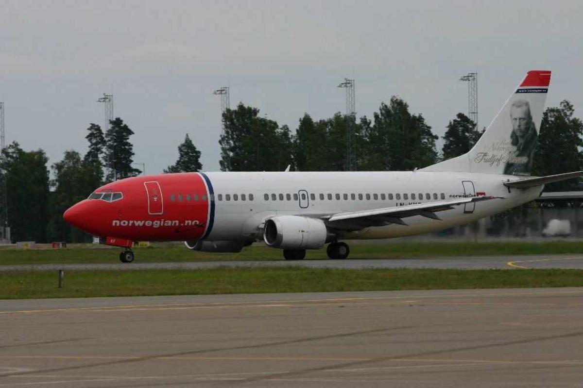 Lufthavn (flyplass). Ett fly på bakken, Boeing 737-3K2, LN-KKF fra Norwegian.