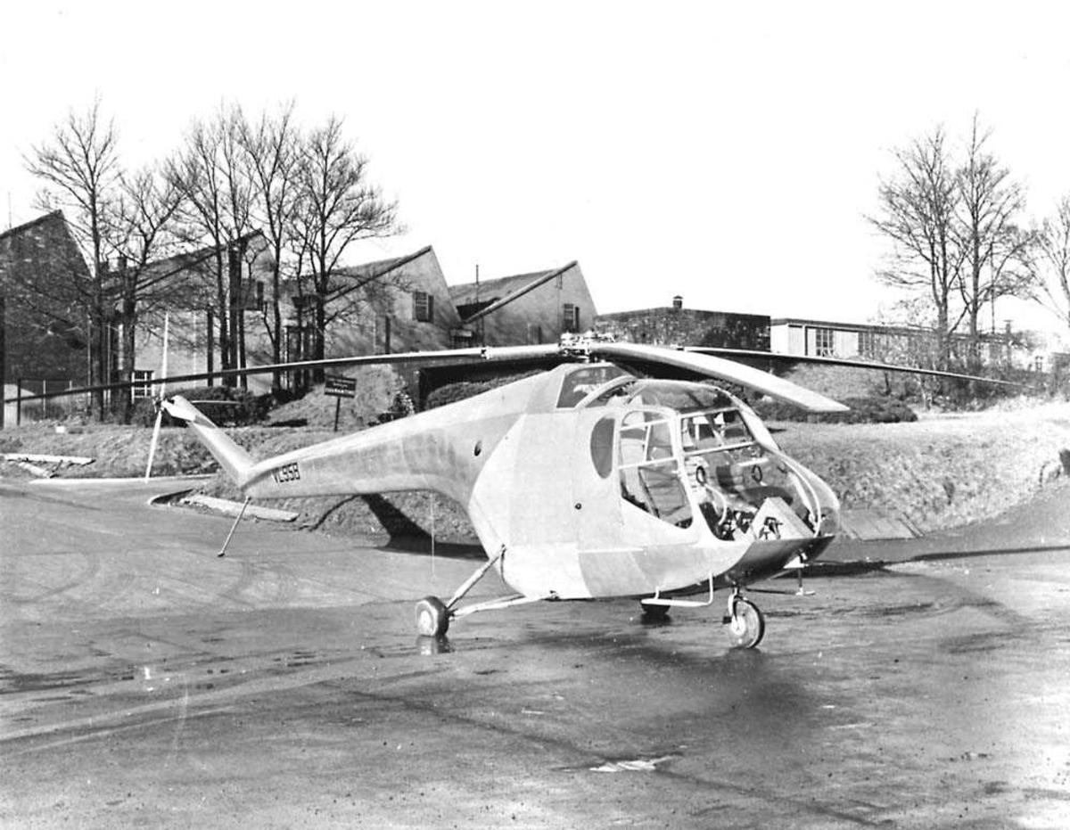 1 helikopter på bakken. Bristol 171 Mk1. Bygninger i bakgrunnen.