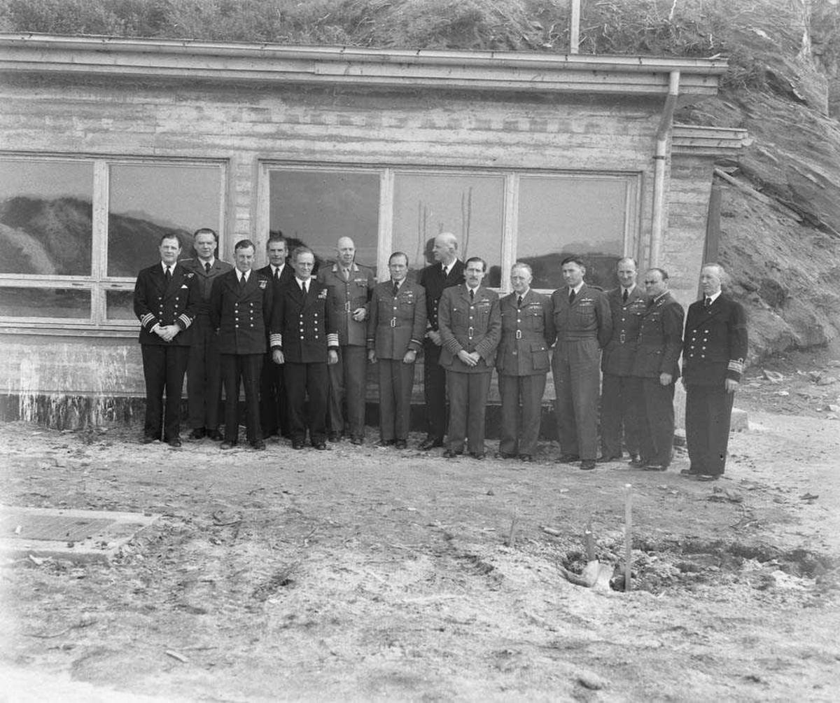 Gruppefoto av engelske og norske offiserer.