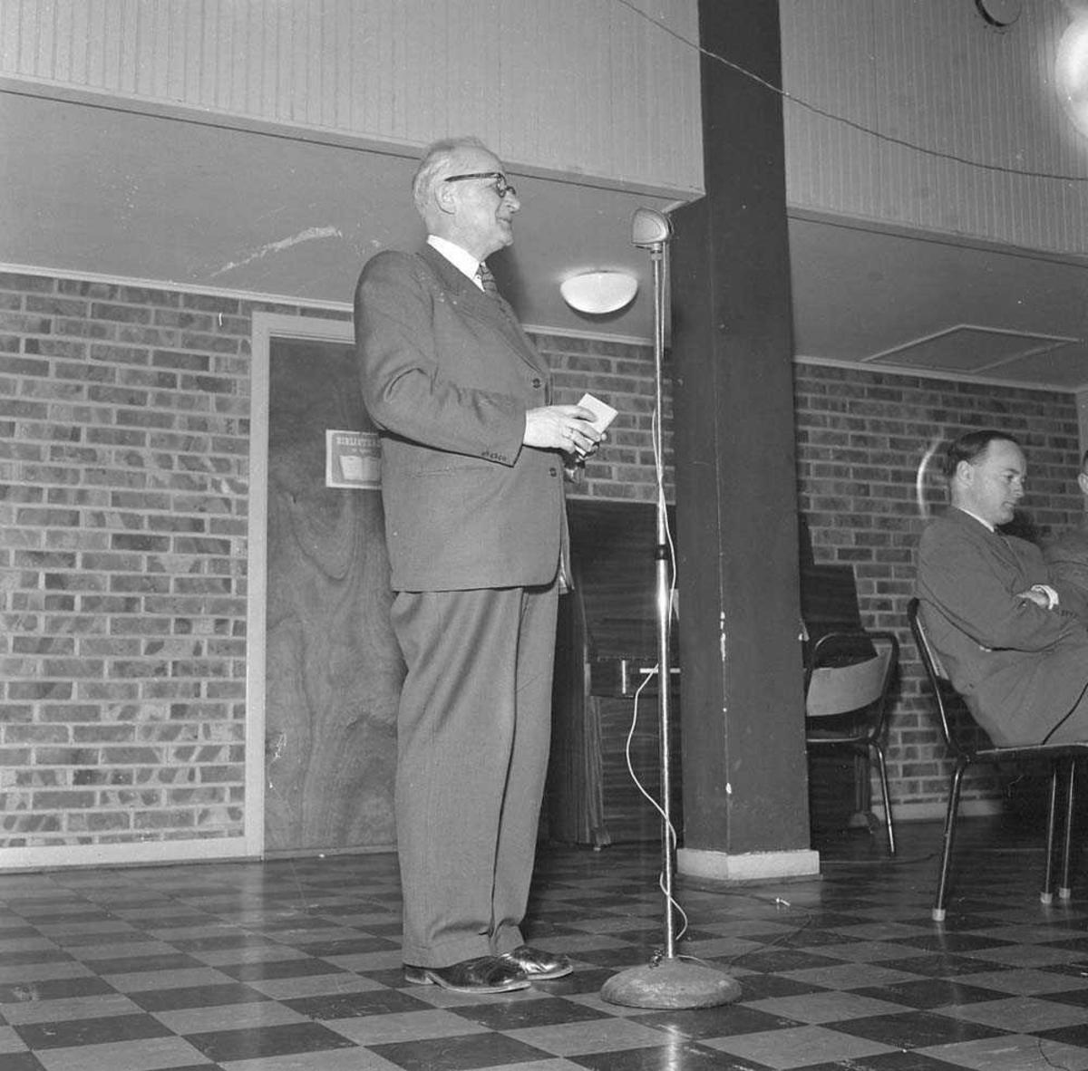 Biskop H. E. Wisløf taler i kantinen på Bodø flystasjon.