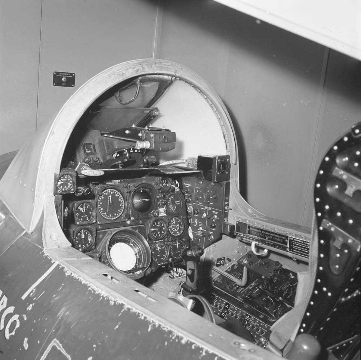 Flysimulator, F-86-K Sabre, på Bodø flystasjon. Simulatoren kom til Bodø i juli 1964 og ble montert i 1965. Den ble utfaset i 1969.