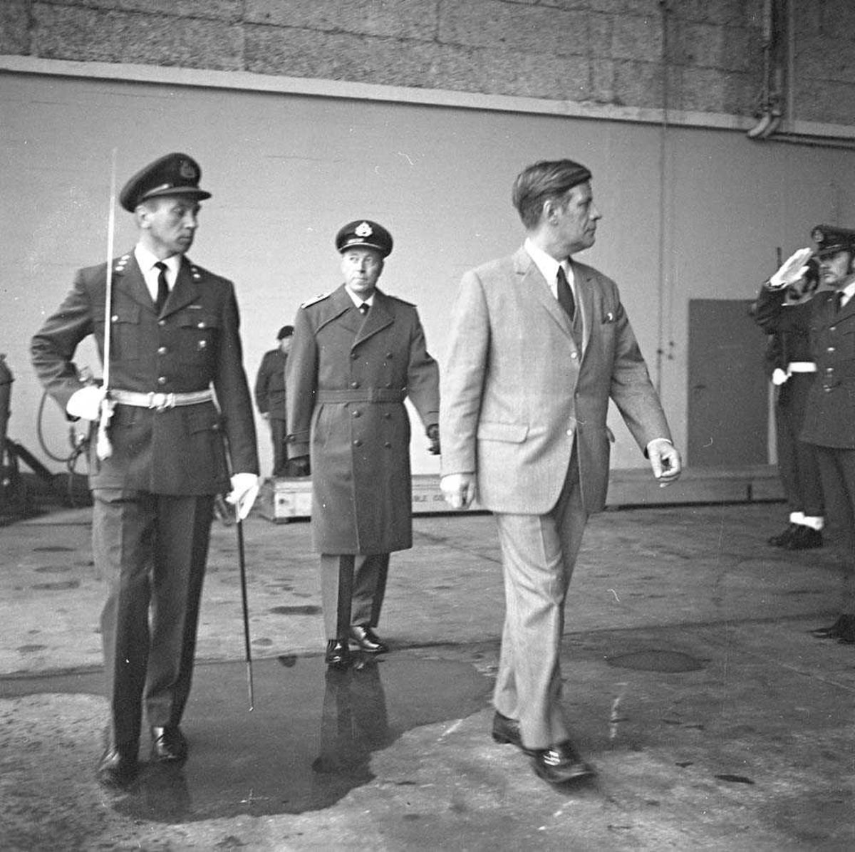 Den vesttyske forsvarsministeren besøker Bodø flystasjon. Han sees på bildet i sivilklær. Bak ham går stasjonssjefen, Oberst K. Bjørge-Hansen.