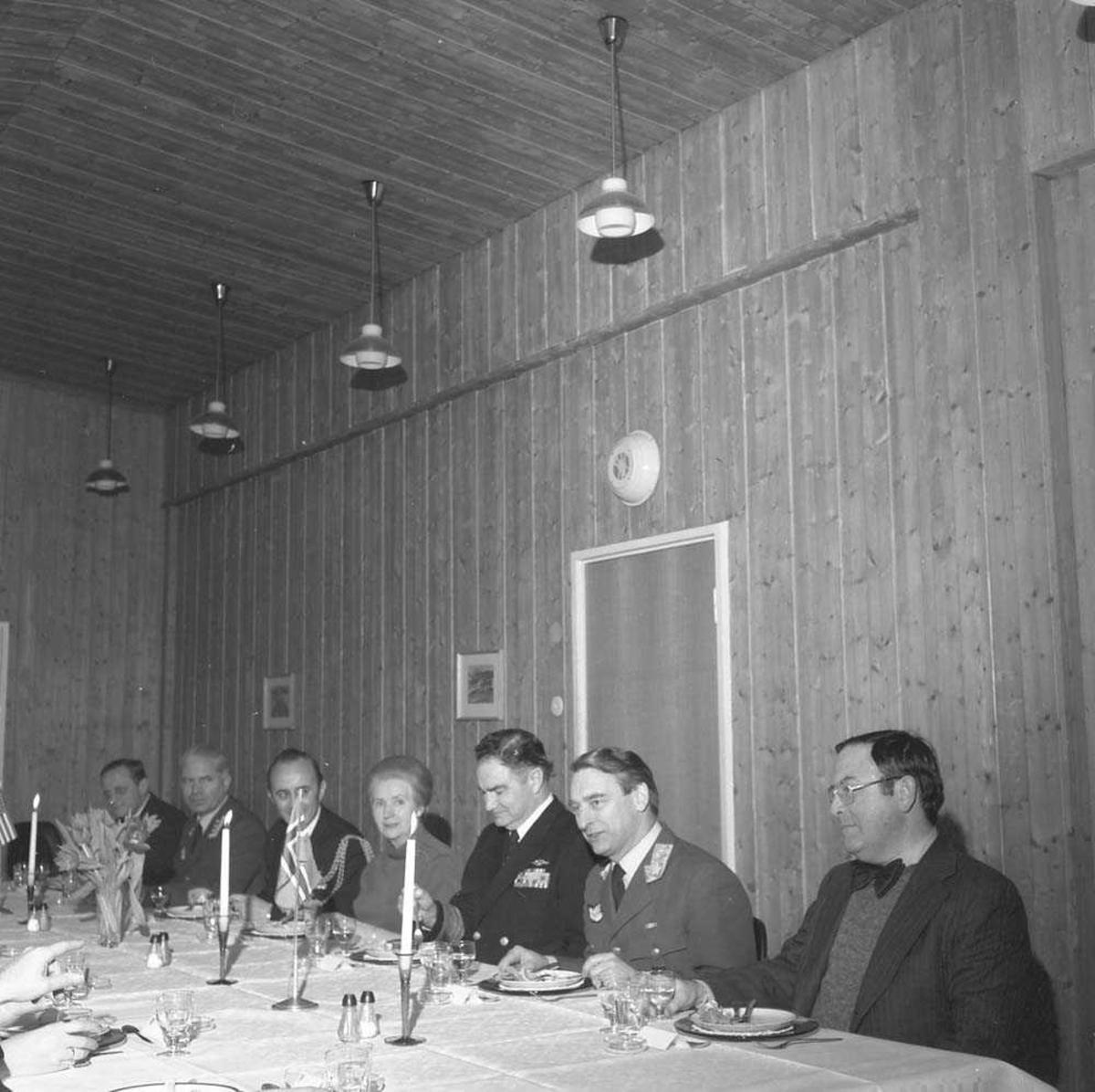 Admiral Harold E. Shear besøker Bodø flystasjon. Han sees som nr. 3 fra høyre. Nr. 2 fra høyre er Generalløytnant Nils Arveschaug og nr. 6 er Oberst H. Wergeland.