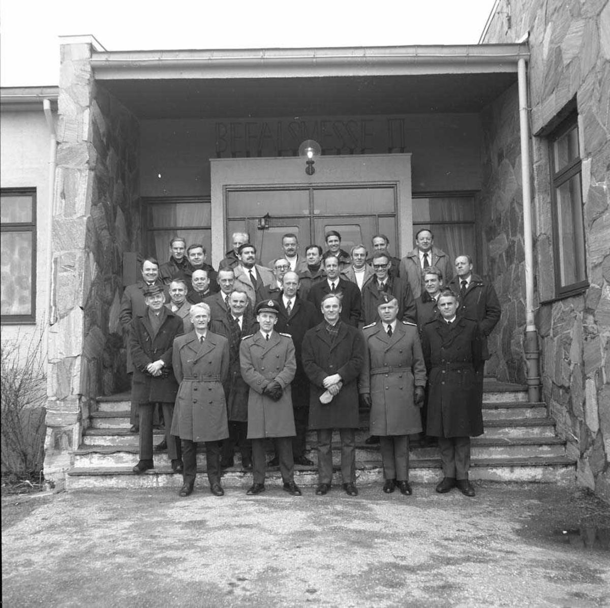Forsvarets Høyskole besøker Bodø flystasjon. På første rekke, nr. 2 fra høyre er Oberst H. Wergeland, nr. 3 er Generalløytnant Wilhelm Mohr og nr. 4 er Oberstløytnant Olav F. Aamoth. Gruppen er fotografert foran Messe II på stasjonen.