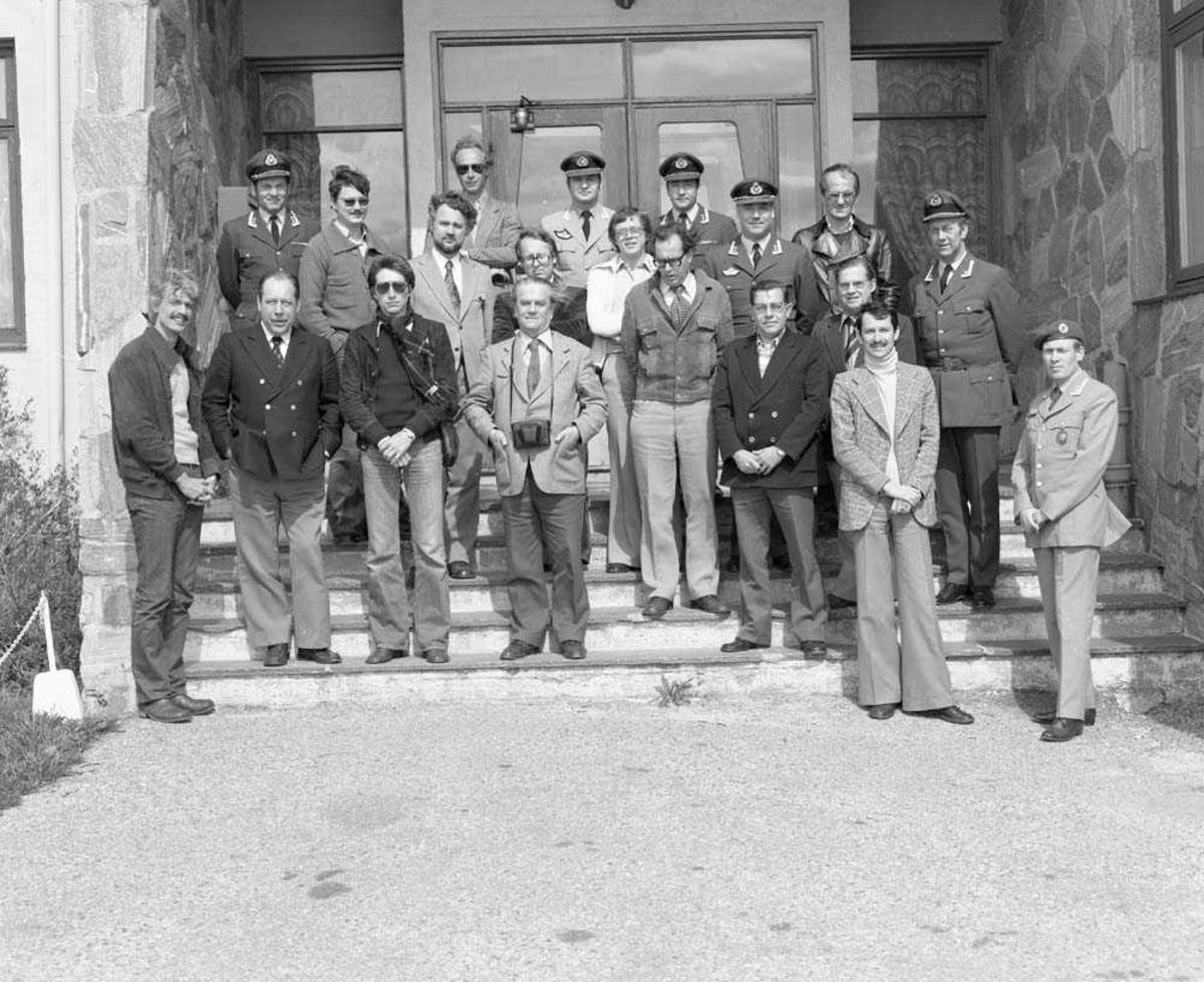 Tyske pressefolk besøker Bodø flystasjon. Oblt E. Omdal sees i nest bakerste rekke som nr. 2 fra høyre. Gruppen er fotografert foran Messe II.