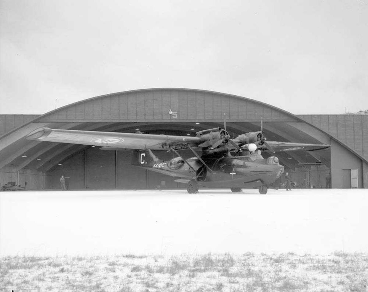 Flyet Catalina står parkert ved Hangar 5 på Bodø flystasjon. Det har kjennetegn KK-C og har nr. 580 og en stor C på halen.