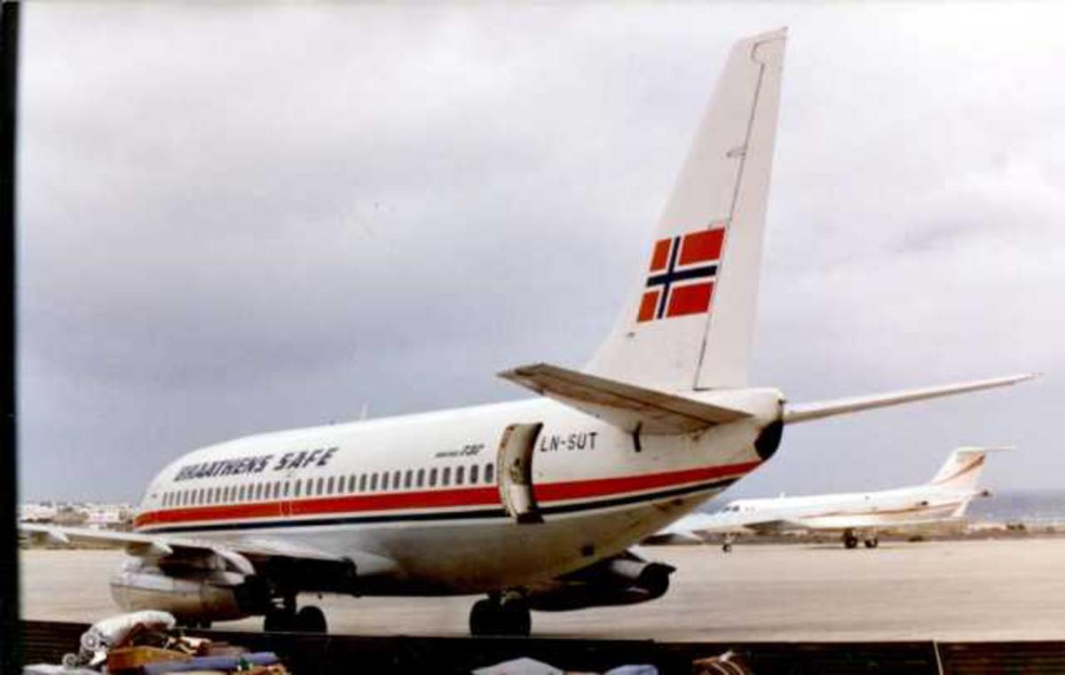 Lufthavn (Arrecife). Fly på bakken, Boeing 737-205. Noe bagasje ved flyet.