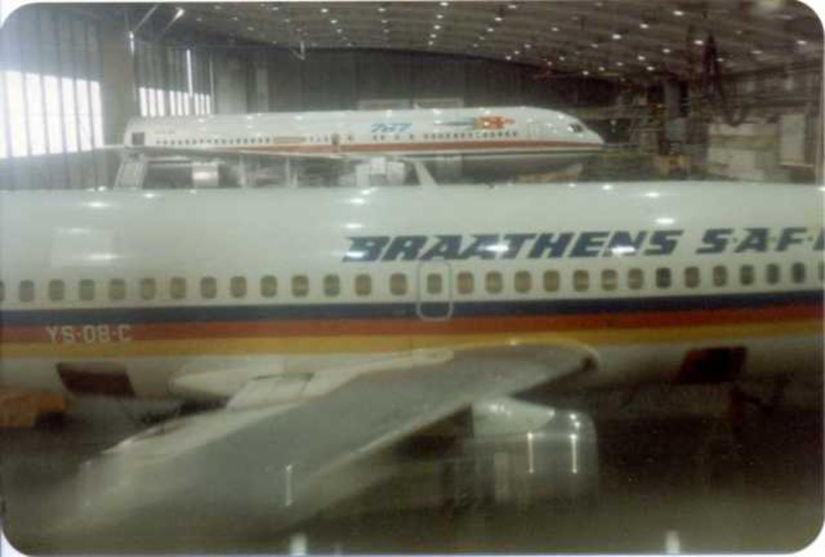 To fly inne i en hangar, Boeing 737-205 i forgrunn, 767 i bakgrunn.