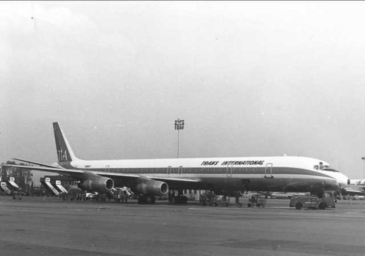 Ett fly på bakken. McDonnell Douglas DC-8. N8961T