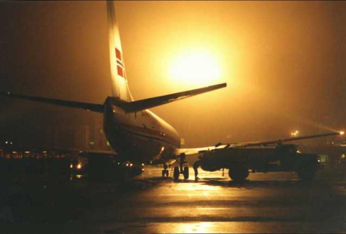 Ett fly på bakken. Ett Boeing 737-405 LN-BRG.