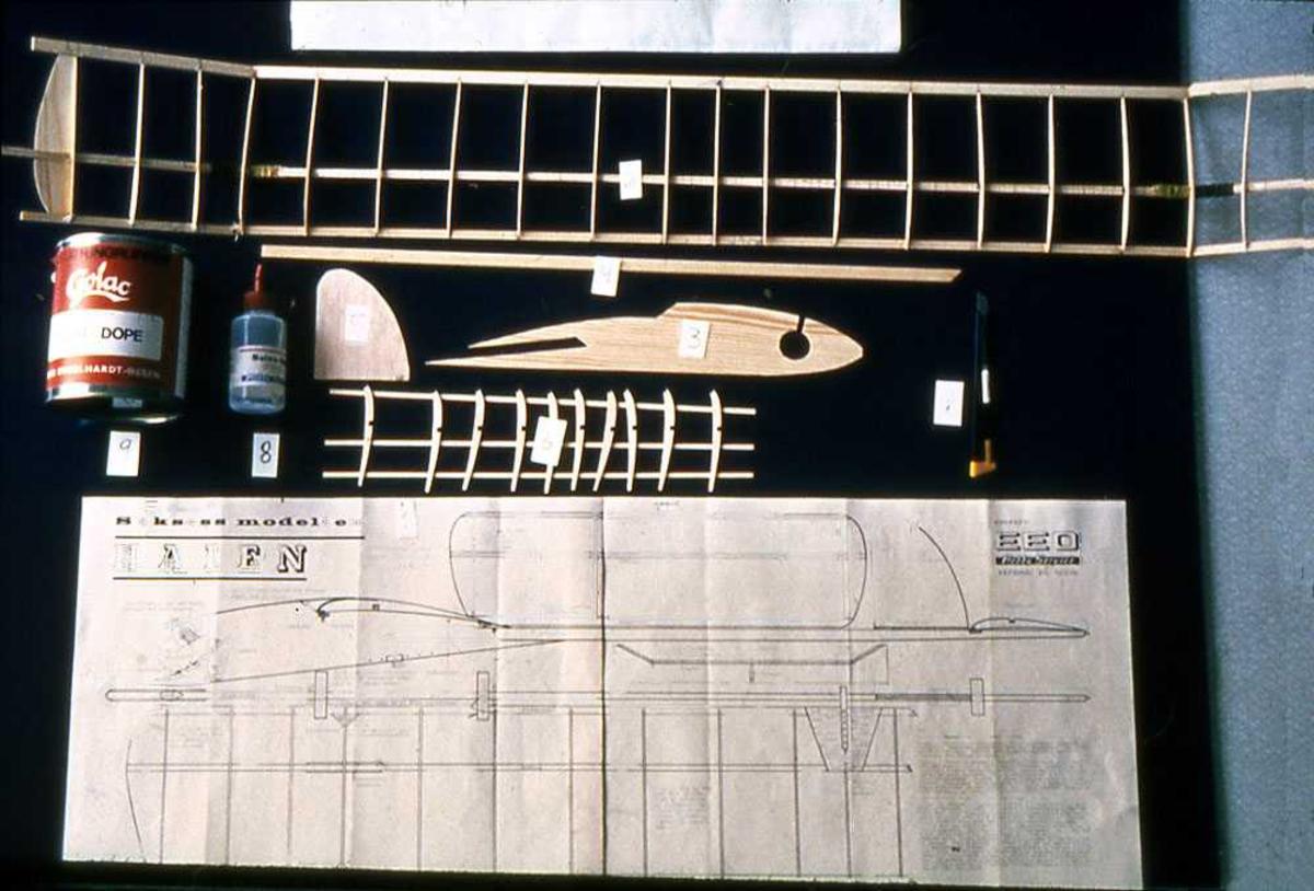 Modellfly, ikke bygd. Utstyr for bygging av modell
