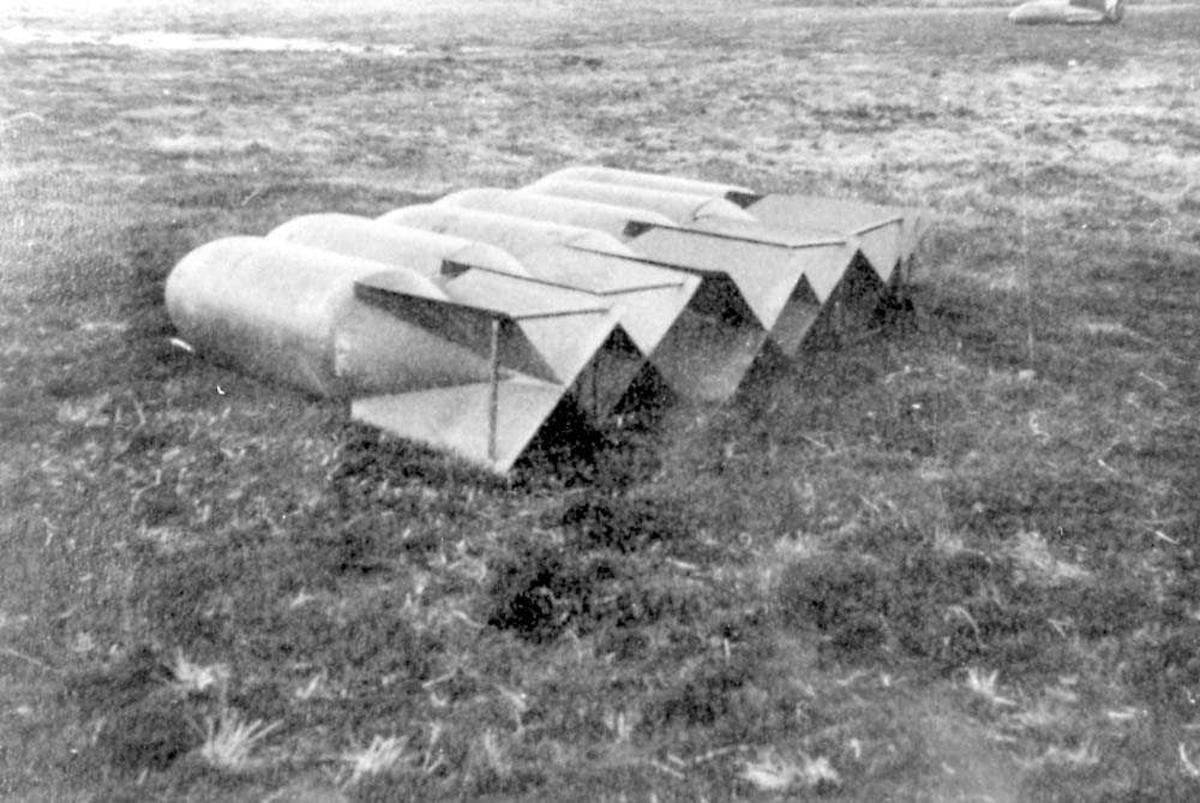 Flere bomber som ligger på en gresslette.