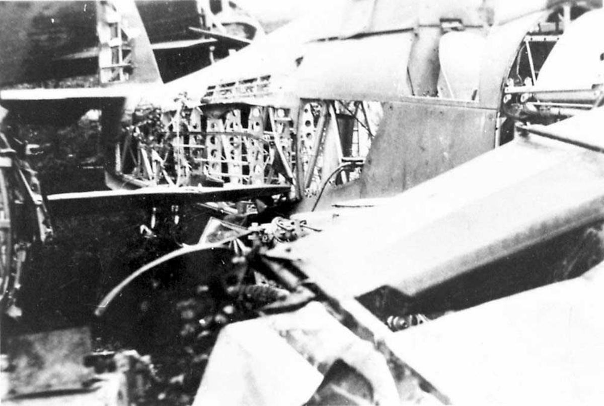 Ett havarert/ødelagt fly sett fra siden.