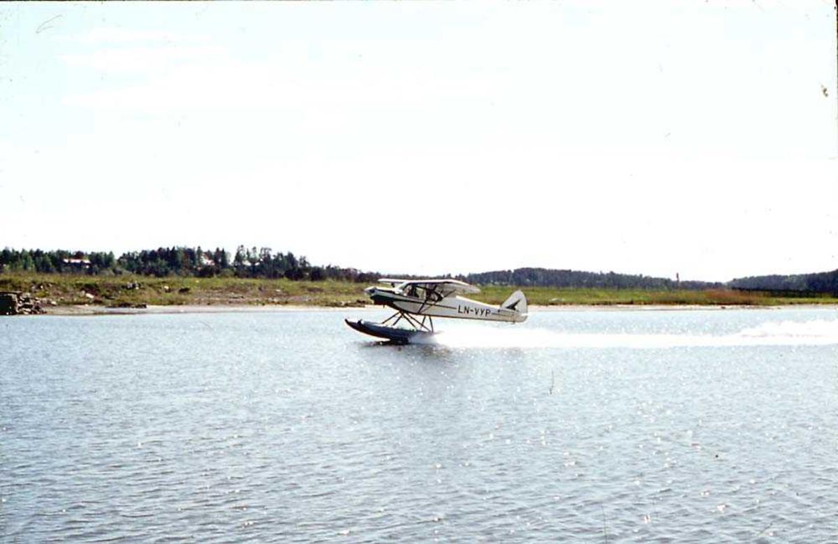 1 fly som letter/lander på vannet, Piper PA-18-150 Super Cub, LN-VYP.