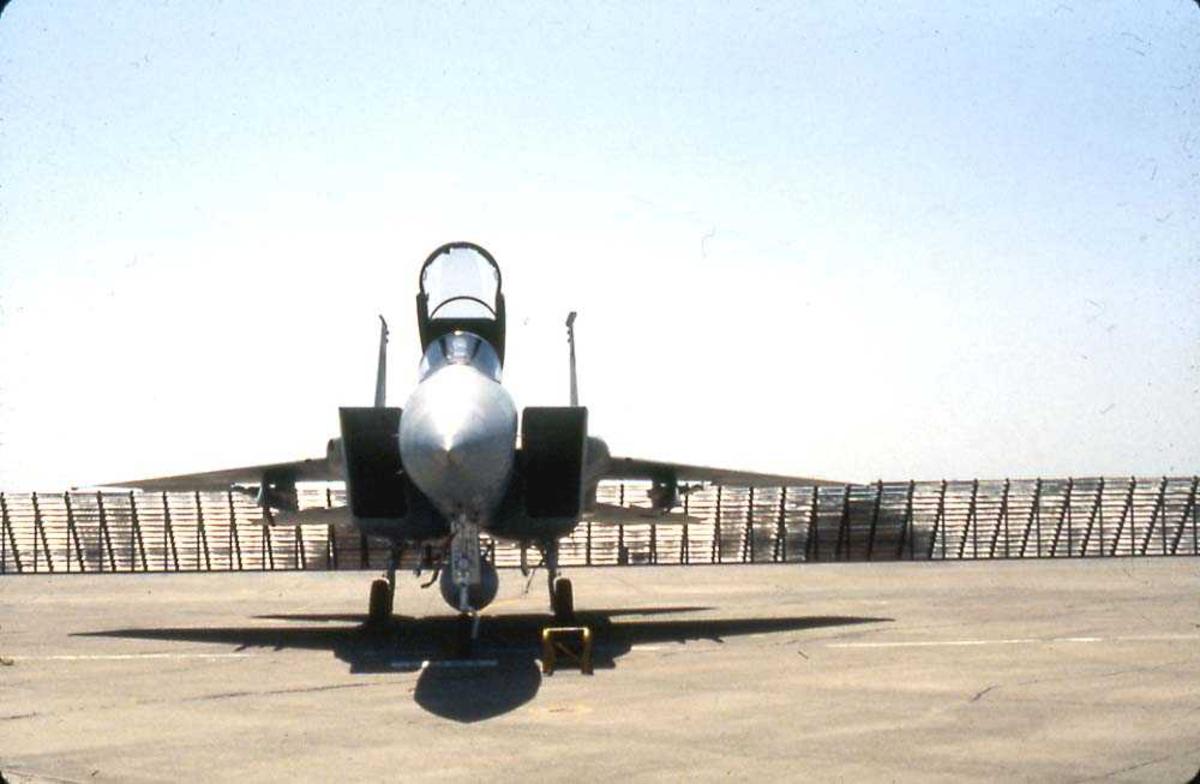 Flystevne. Ett fly på bakken, F-15 Eagle.