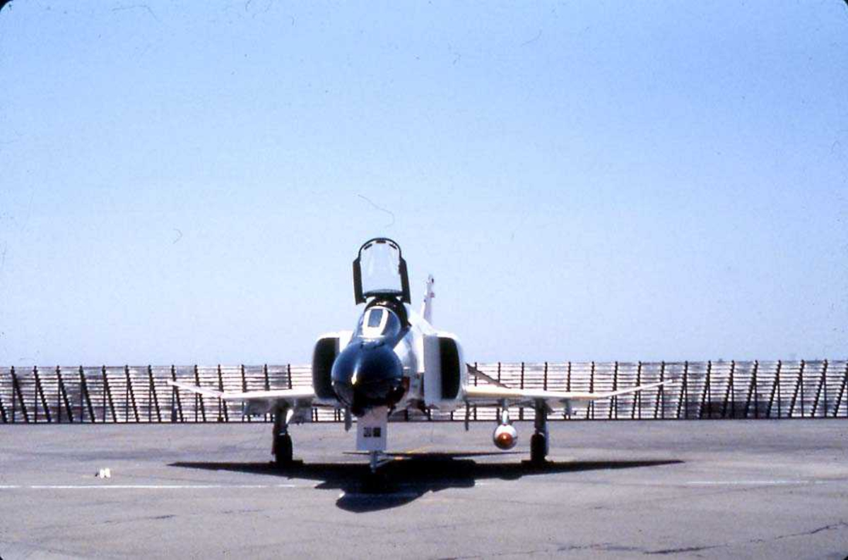 Flystevne. Ett fly på bakken, F-4 Phantom.