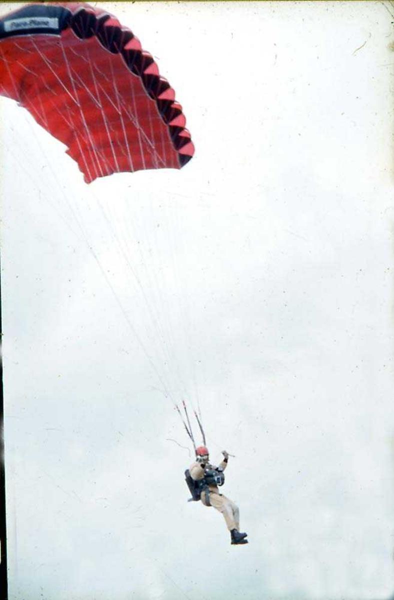 Luftfoto. En fallskjermhopper i luften.