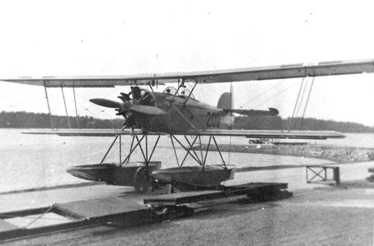 Ett fly med flotører som står på land, MF-10.
