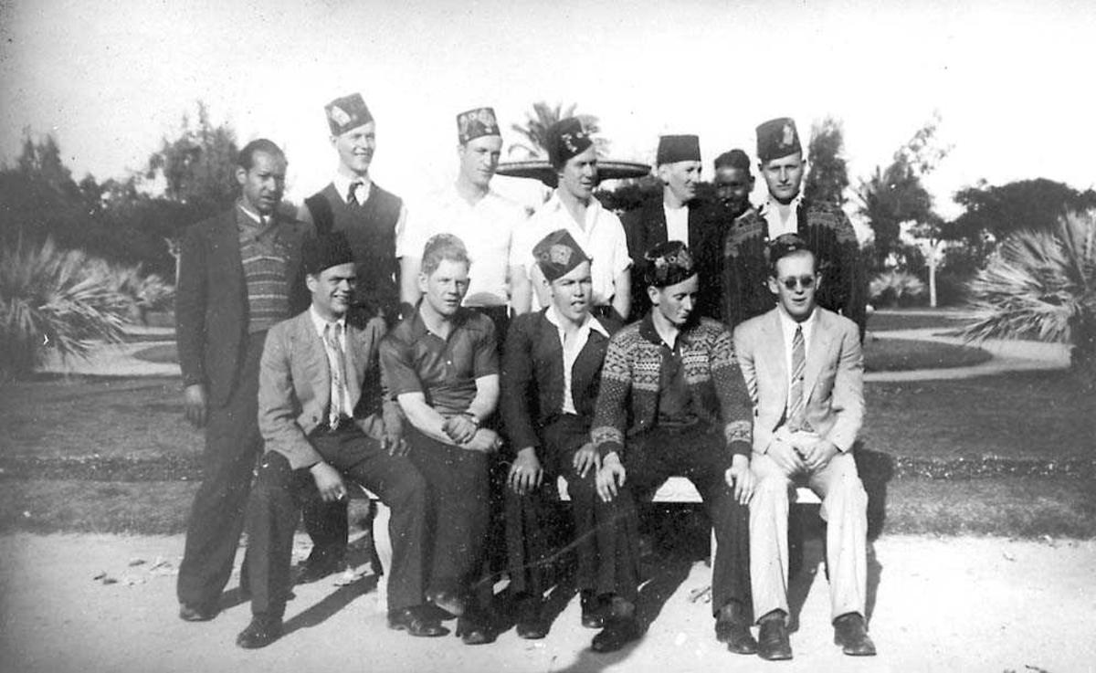 Gruppefoto. 12 personer, menn.