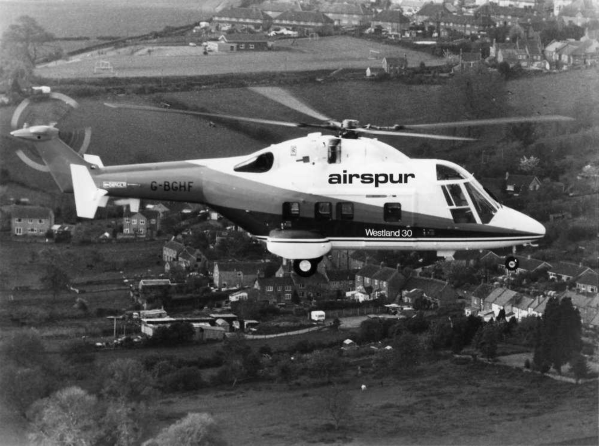 Ett helikopter i luften, Westland 30 G-BGHF, med Airspurs farger.