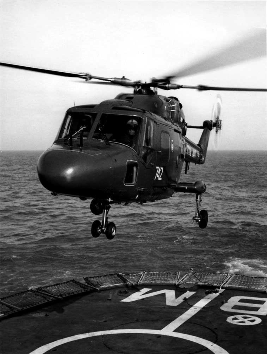 Ett helikopter like over hoveddekk/helipad. Westland Lynx HAS Mk.2. Merket 742 på sidedøren.