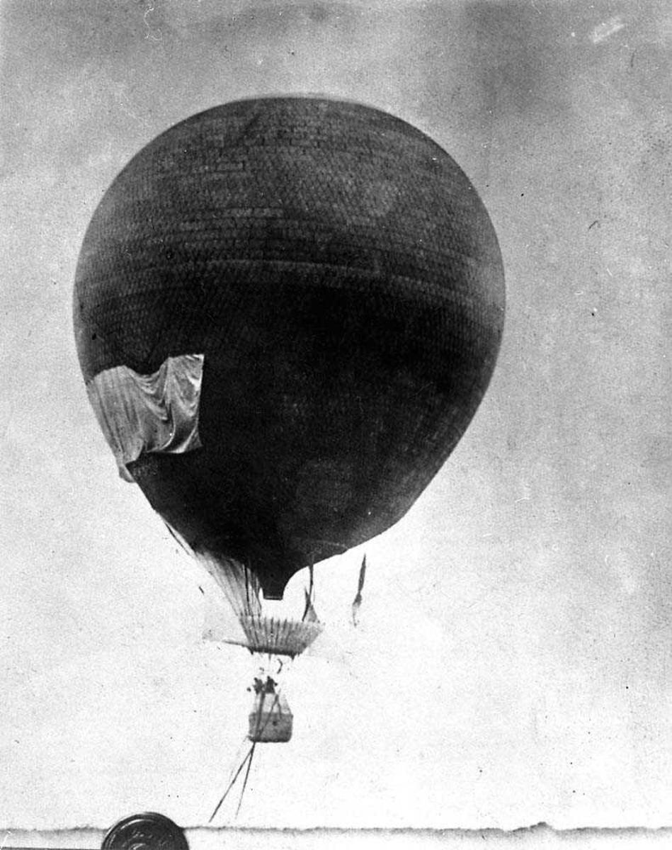 En luftballong i luften.