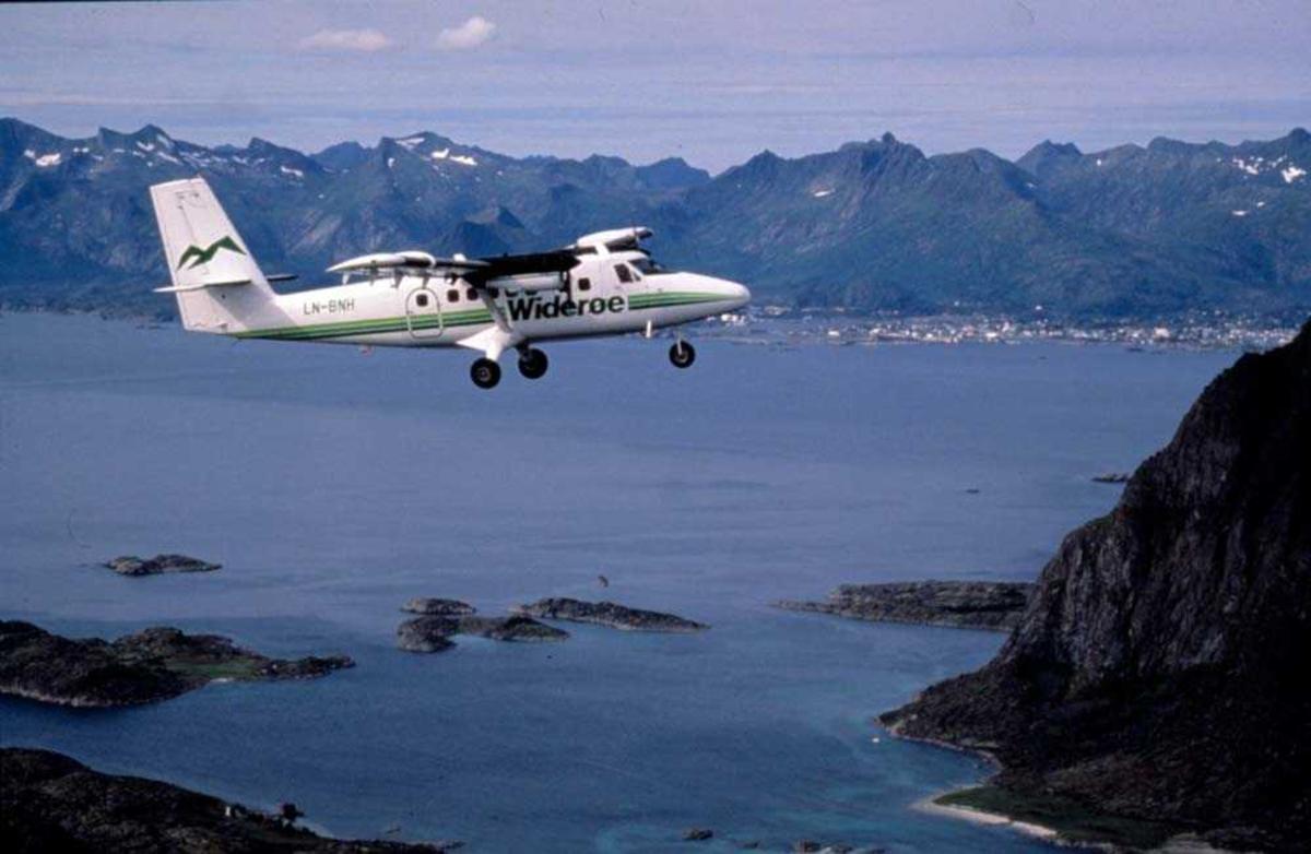 Luftfoto. Ett fly, LN-BNH, DHC-6-300 Twin Otter fra Widerøe.