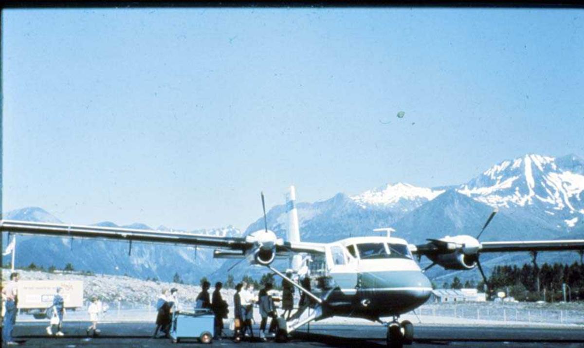 Lufthavn/Flyplass. Sogndal. Ett fly, DHC-6-300 Twin Otter fra Widerøe. klar for avgang