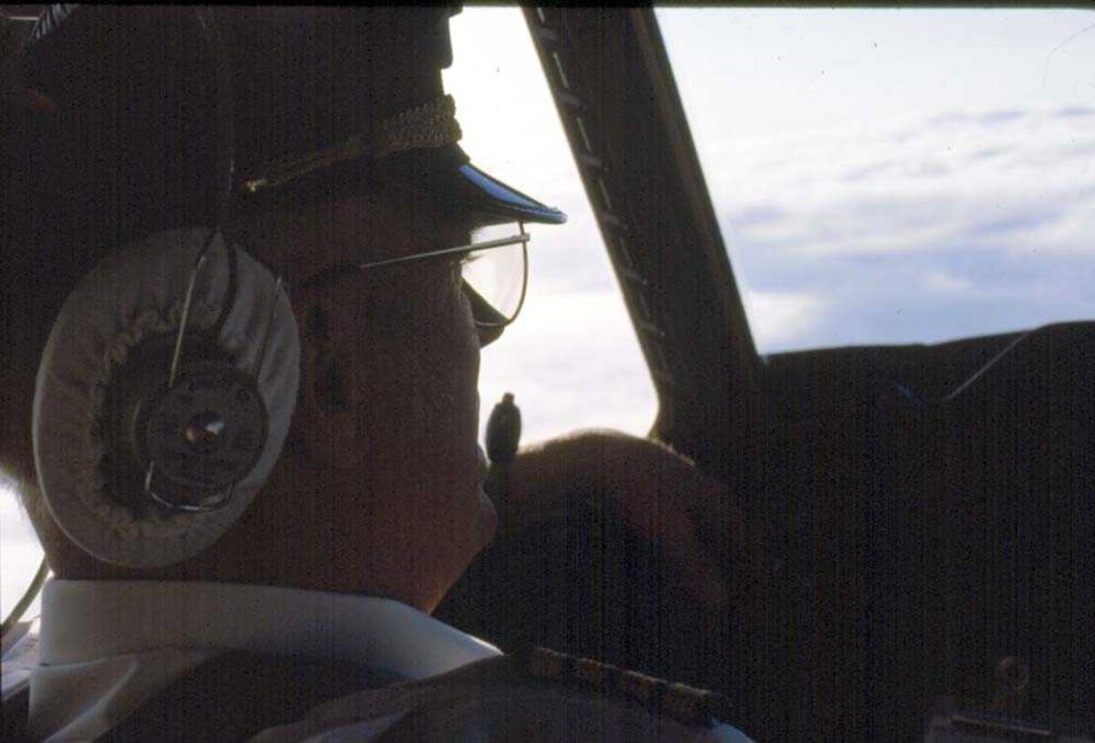 Cockpit. Flykaptein (flyger/pilot) DHC-6-300 Twin Otter fra Widerøe.