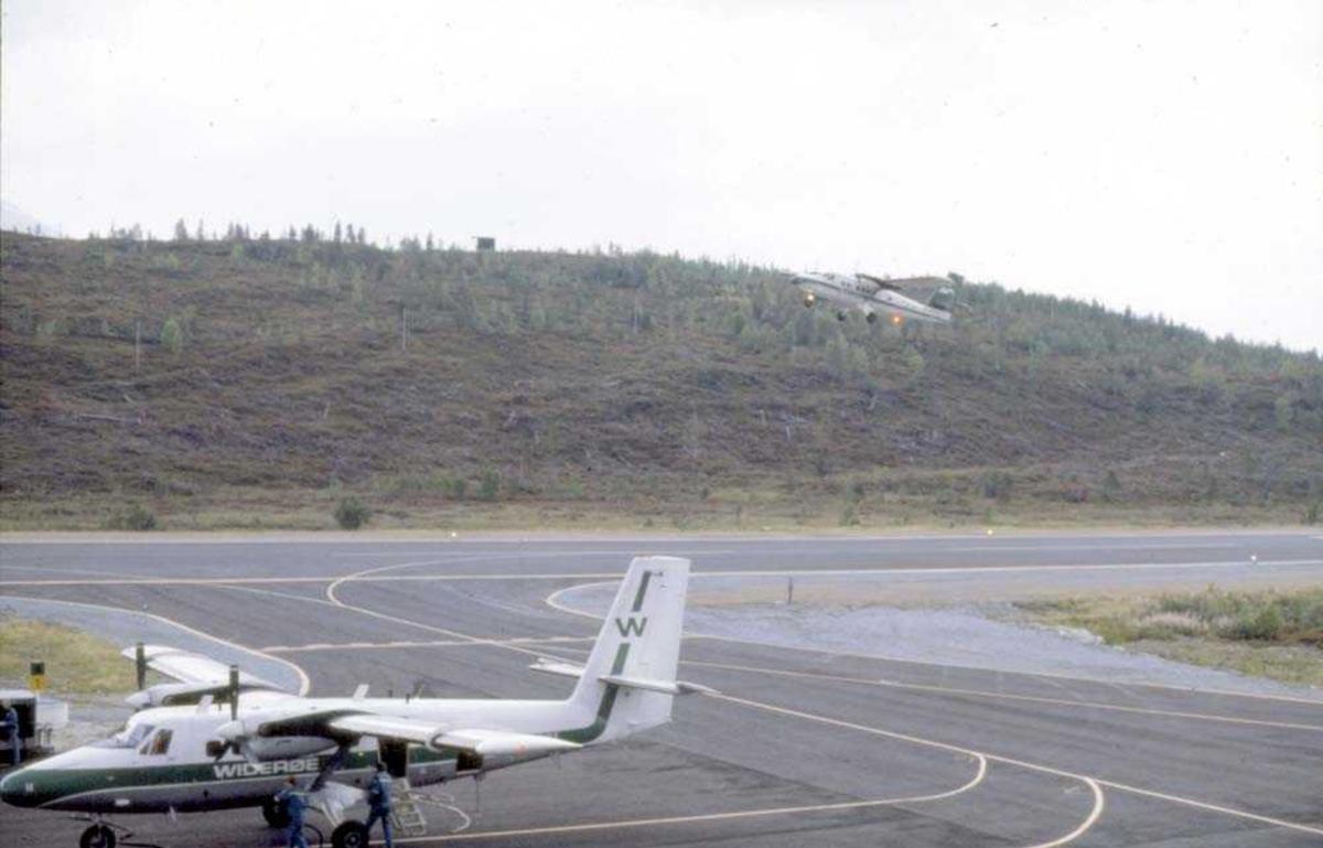 Lufthavn/Flyplass. Sogndal. Et fly, LN-BNH, DHC-6-300 Twin Otter fra Widerøe.