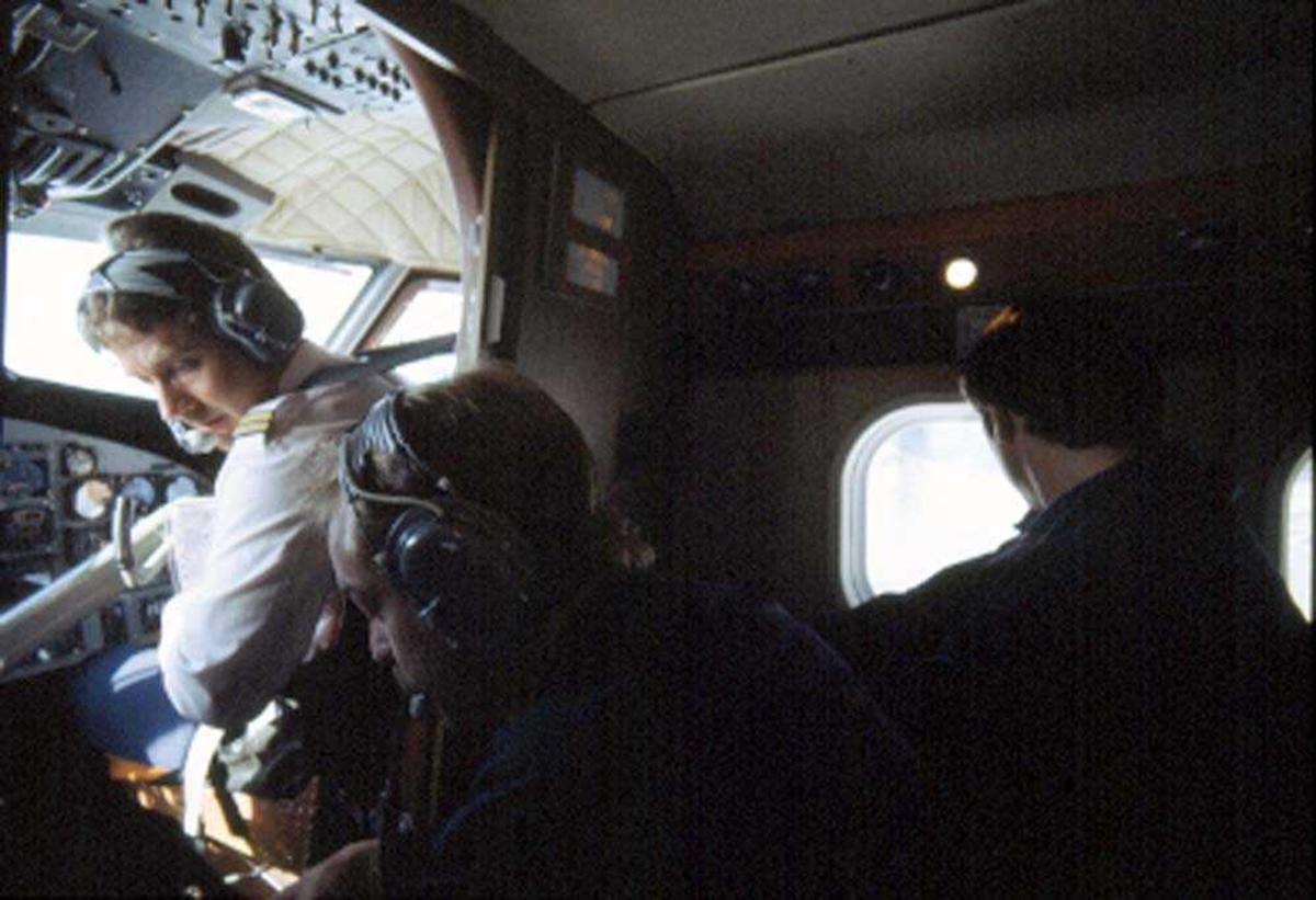 Cockpit.  Flystyrmann (flyger/pilot), Supernummerary (flyger/pilot), passasjer. DHC-6-300 Twin Otter fra Widerøe.