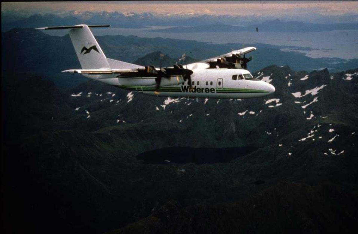 Luftfoto. Lofoten. Ett fly, LN-WFG, DHC-7-102 Dash 7 fra Widerøe.