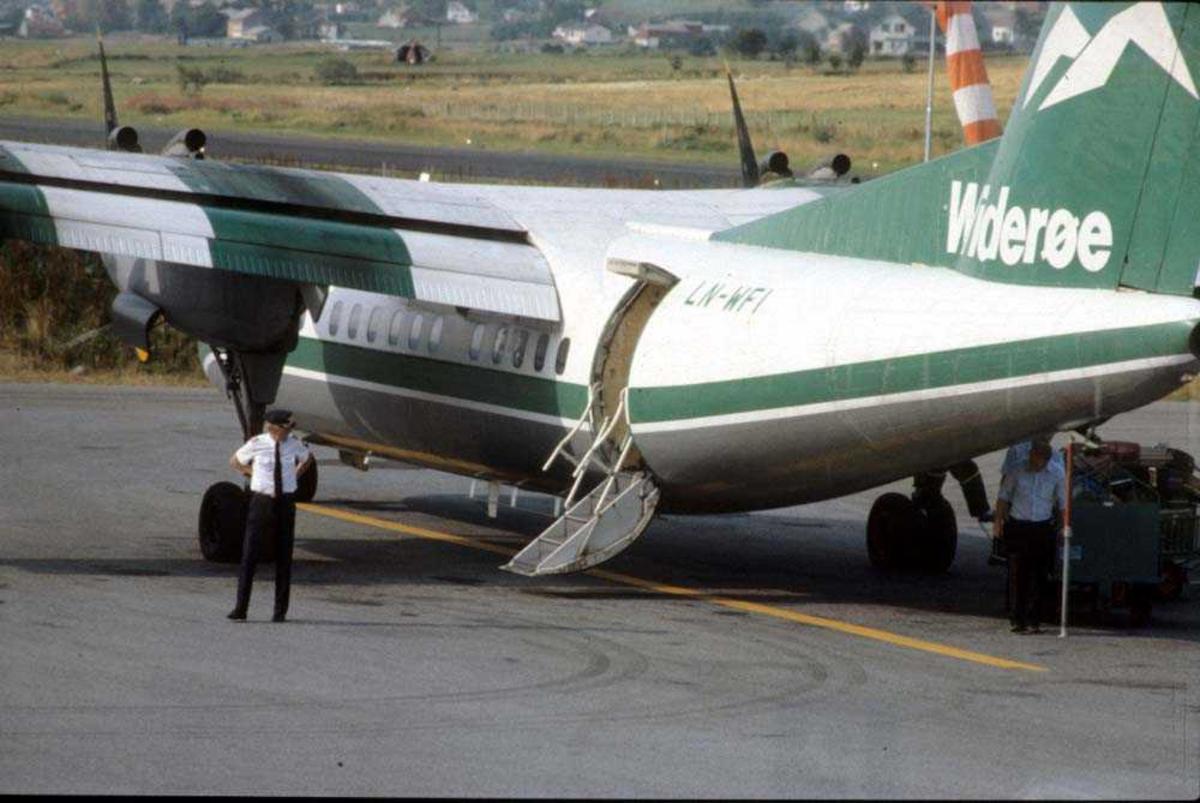 Lufthavn/Flyplass. Stokmarknes/Skagen. Flykaptein (flyger/pilot).  Et fly, LN-WFI, De Havilland Canada DHC-7-102 Dash7 fra Widerøe.