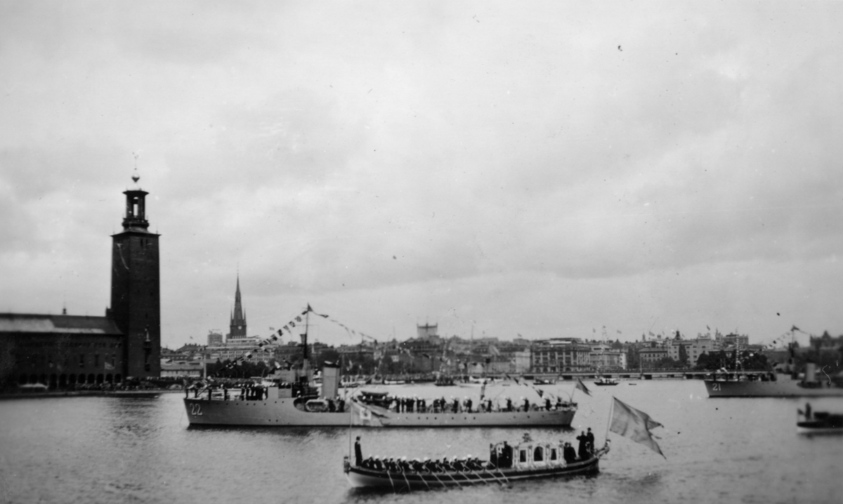 Kungaslup Vasaorden och Vedettbåtar framför Stockholms stadshus