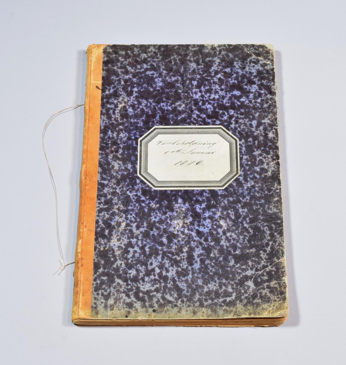Gjenstanden er en smal rektangulær bok med omslag i marmorert blåsvart papir. Ryggen er i lysebrunt skinn. I ryggen er det festet en snor. Midt på omslaget er det festet en hvit etikett i form av et oktogon med svarte dekorative border langs kantene. På etiketten er det skrevet inn hva boka skal brukes til. Innvendig består boka av unumererte sider som er fylt med hånskrift som viser lister over hvilke varer butikken hadde på det gitte tidspunktet.