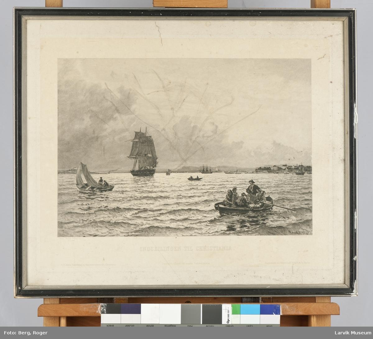 Indseilingen til Christiania. En stor seilskute, en mindre seilbåt, samt noen robåter med folk i.