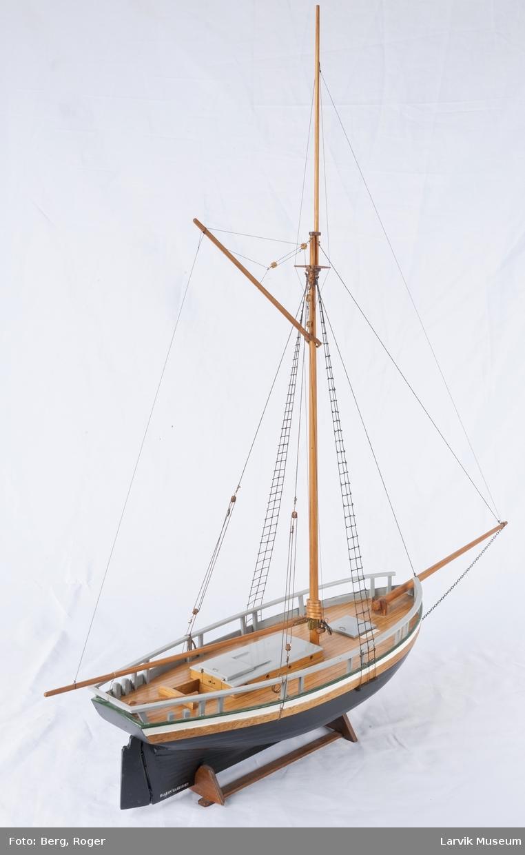 """Helmodell Søllingbåten """"Rosenkrantz"""" i krybbe"""