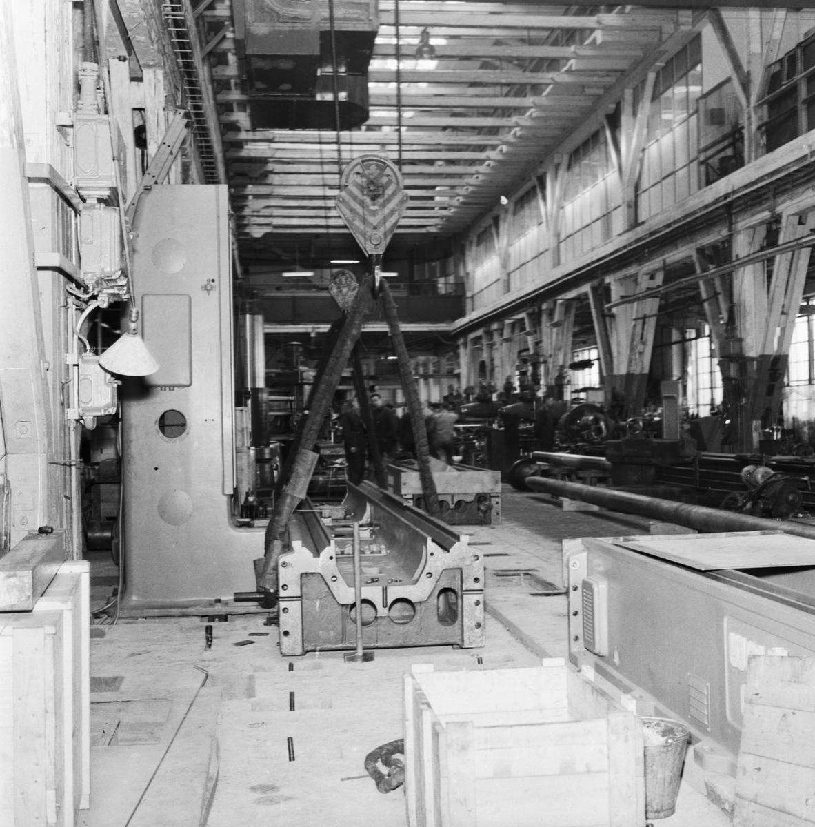 Övrigt: Foto datum: 1/6 1957 Byggnader och kranar Bordhyvel under montering i maskinverkstan