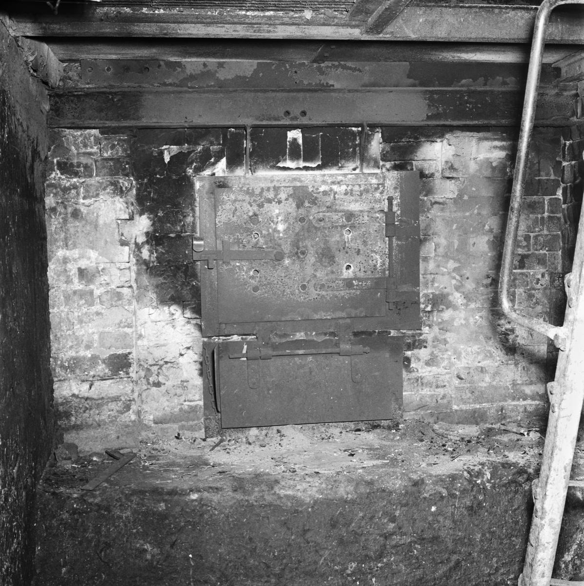 Övrigt: Foto datum: 11/7 1957 Byggnader och kranar G:a galvaniseringsverkstan exteriör och interiör