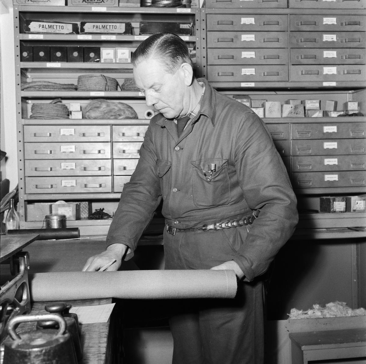 """Övrigt: Foto datum: 30/12 1957 Byggnader och kranar """"Varvet runt"""" pensionärer. Närmast identisk bild: V14312, ej skannad"""