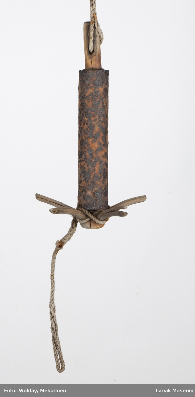 Tredregg med fluk, sylindr, jernstykke rundt stammen
