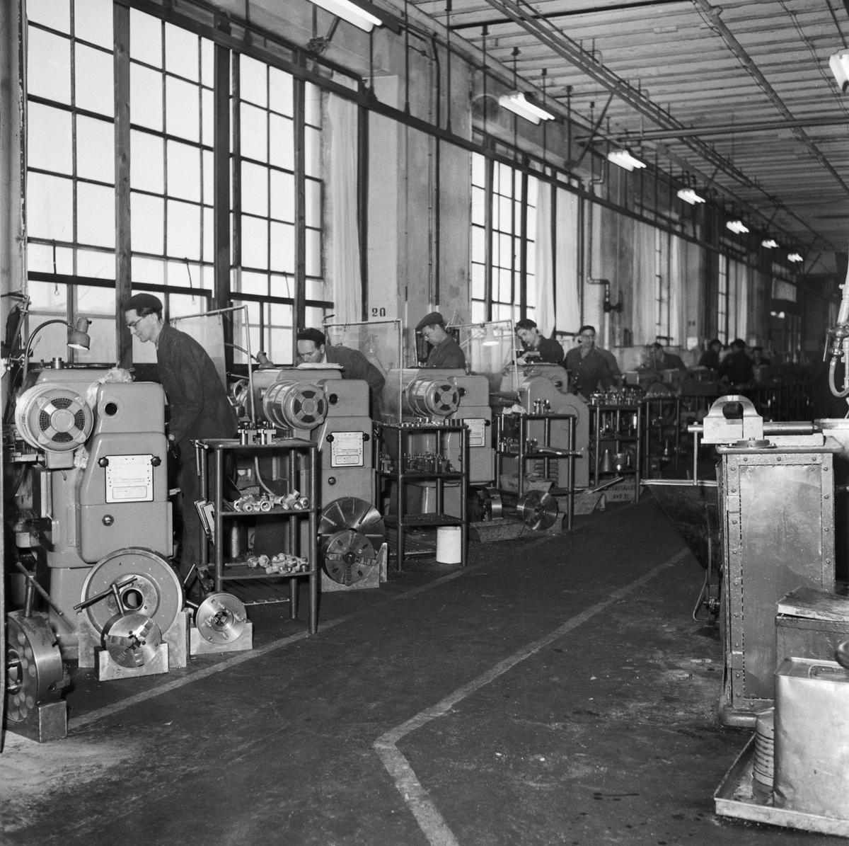 Övrigt: Foto datum: Feb 1958 Byggnader och kranar Radialborrmaskin olika arbete i maskinverkstan. Närmast identisk bild: V14522 och V14523, ej skannade