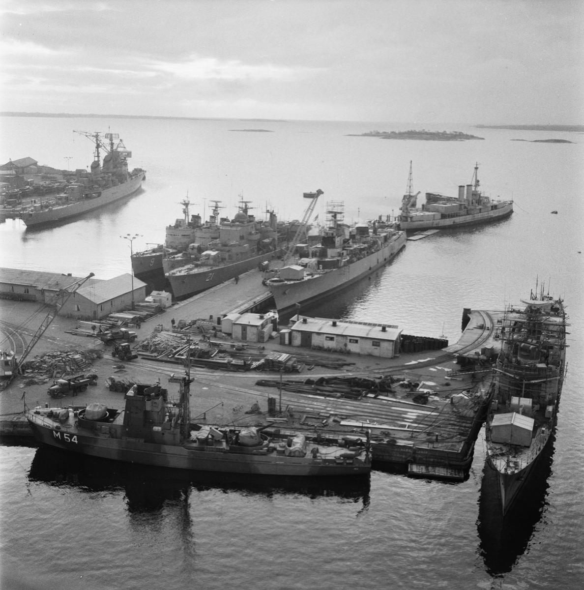Övrigt: Fotodatum:5/1 1959 Byggnader och Kranar. Kajer å varvet med förtöjda fartyg. Närmast identisk bild: V16285, ej skannad
