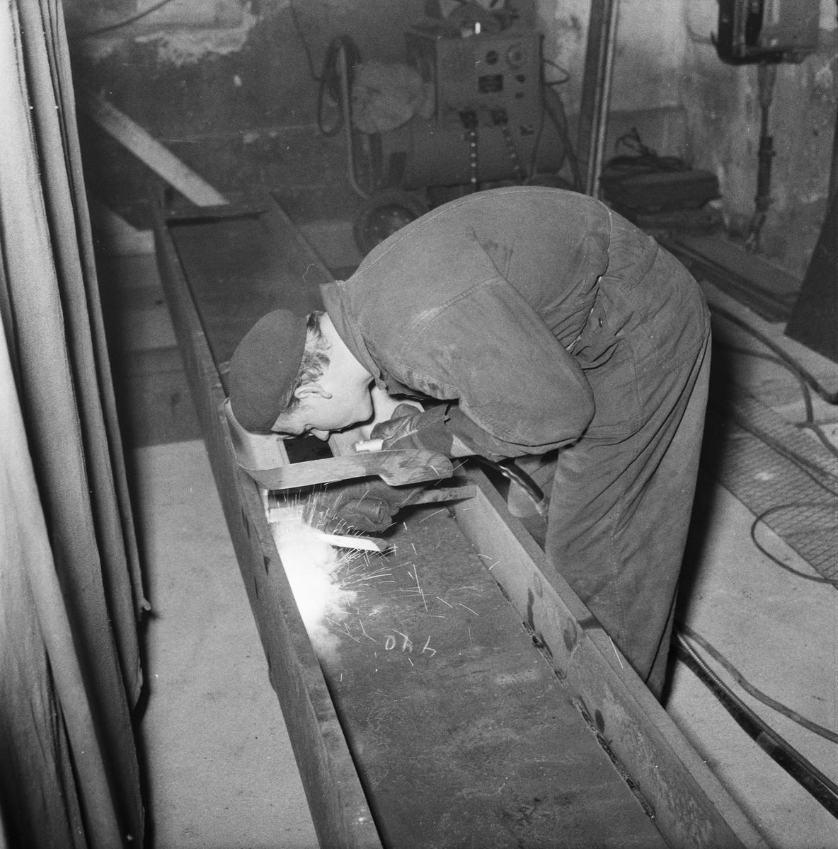 Övrigt: Foto datum: 23/12 1958 Byggnader och kranar Varvet runt