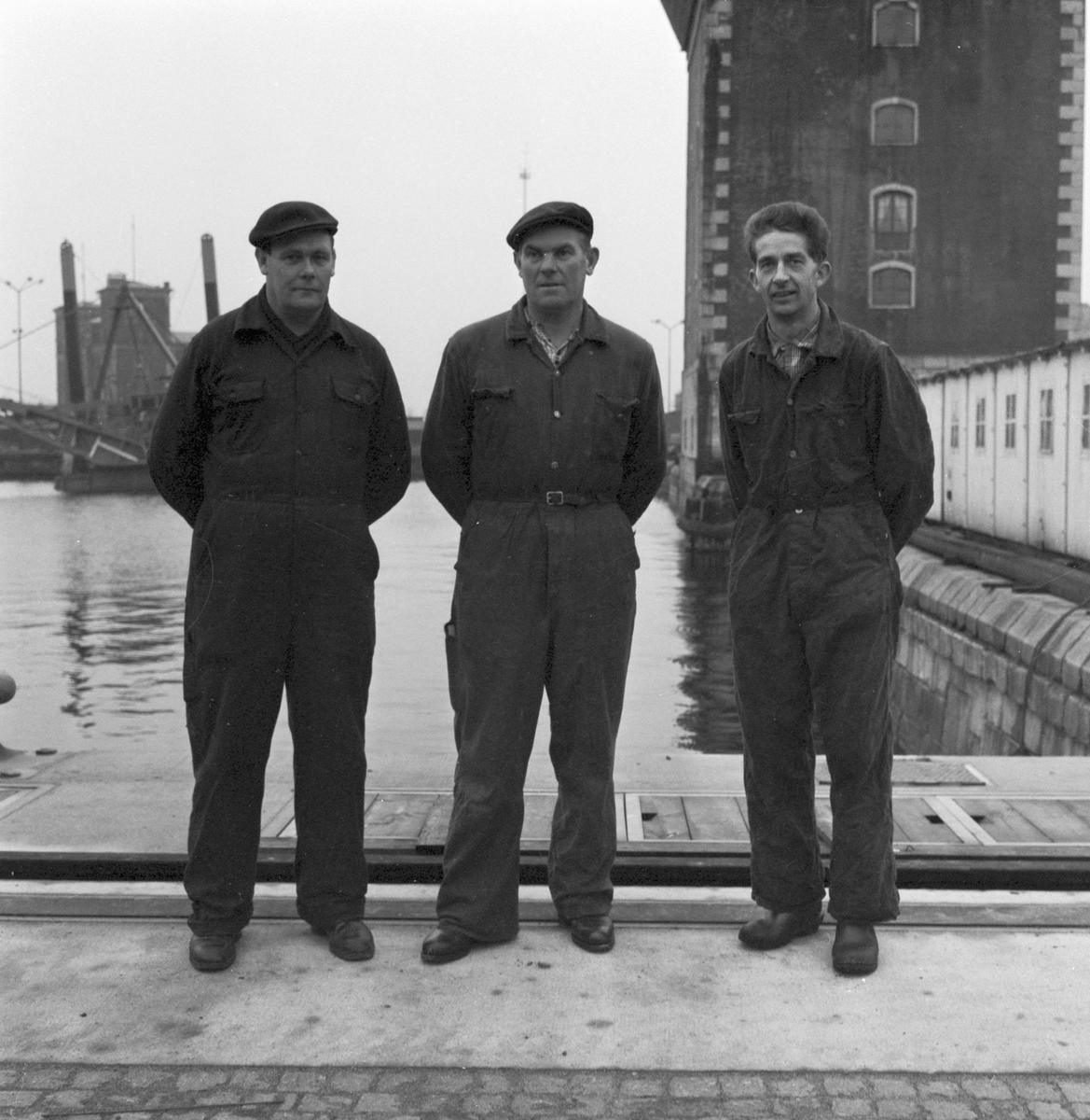 Övrigt: Foto datum: 1/1 1961 Byggnader och kranar Maskverkstan skyttelag. Närmast identisk bild: V23144, ej skannad