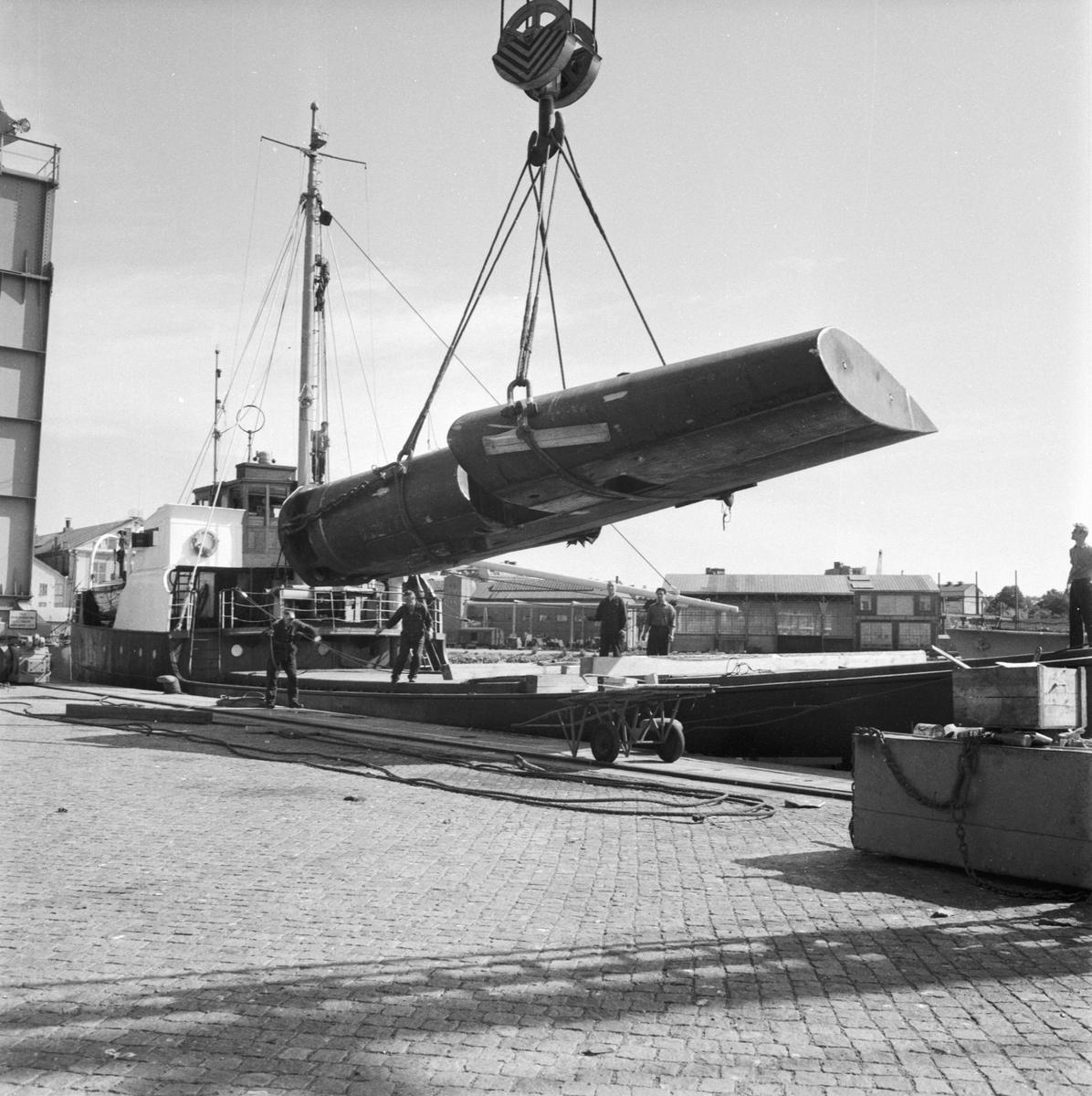 Övrigt: Foto datum: 21/7 1962 Verkstäder och personal. Lastning av roder till Kockum kran 14. Närmast identisk bild: V25111, ej skannad